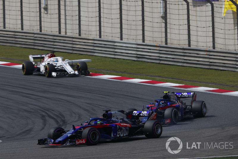 Brendon Hartley, Toro Rosso STR13 Honda, precede Pierre Gasly, Toro Rosso STR13 Honda, e Marcus Ericsson, Sauber C37 Ferrari