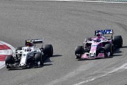 Charles Leclerc, Sauber C37 ve Sergio Perez, Force India VJM11