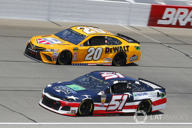 B.J. McLeod, Rick Ware Racing, Ford Fusion ed Erik Jones, Joe Gibbs Racing, Toyota Camry DeWalt