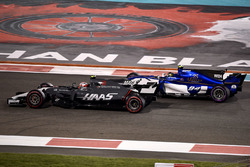 Kevin Magnussen, Haas F1 Team VF-17 and Pascal Wehrlein, Sauber C36 battle for position