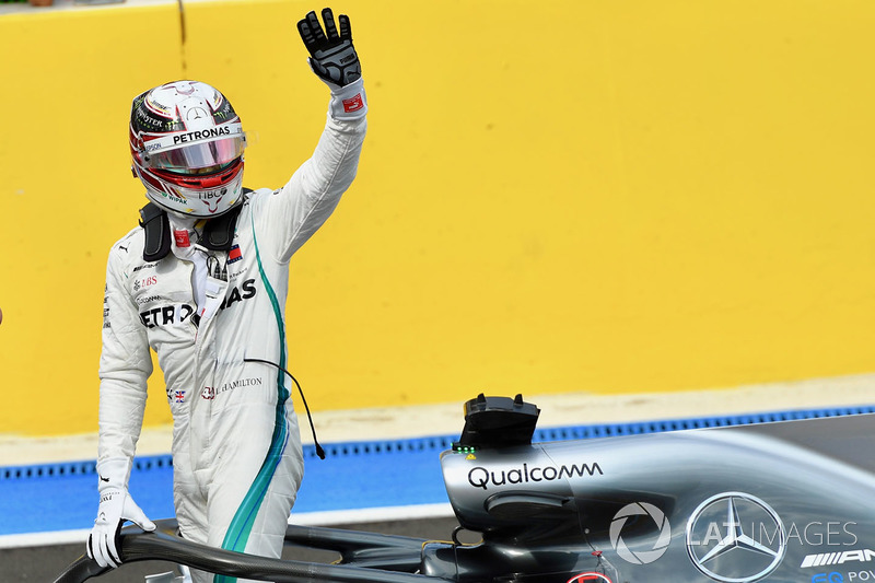 Peraih pole, Lewis Hamilton, Mercedes-AMG F1 W09, melambaikan tangan di parc ferme