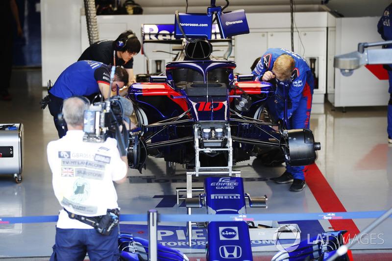 Mekanik Toro Rosso mengerjakan mobil Pierre Gasly, Toro Rosso STR13