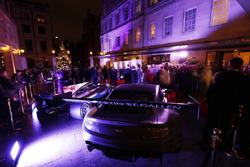 Aston Martin y Mercedes en exhibición afuera de la entrada