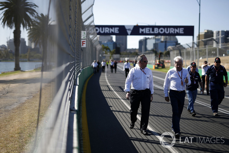 Чарли Уайтинг, гоночный директор Ф1, и делегат FIA