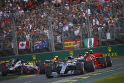 Lewis Hamilton, Mercedes AMG F1 W09, devant Kimi Raikkonen, Ferrari SF71H, Sebastian Vettel, Ferrari SF71H, Kevin Magnussen, Haas F1 Team VF-18 Ferrari, Max Verstappen, Red Bull Racing RB14 Tag Heuer, et le reste du peloton au départ