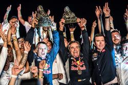 Победители ралли «Дакар» Карлос Сайнс и Лукас Крус, Peugeot Sport, Peugeot 3008 DKR (№303)