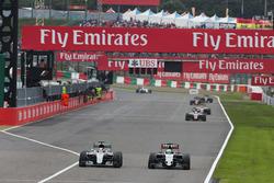 Híbrido de Mercedes AMG F1 W07, Lewis Hamilton y Nico Hulkenberg, Sahara Force India F1 VJM09 batall