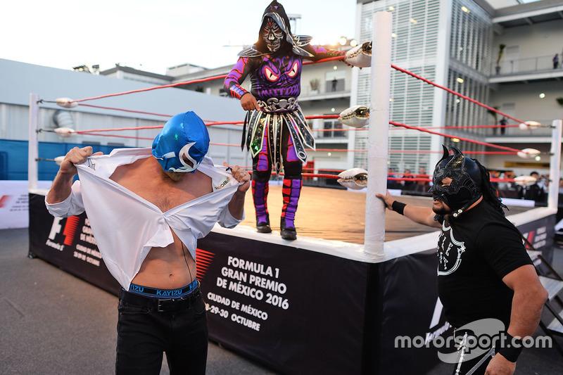 تاونسند بيل، مُقدم بشبكة إن بي سي يصارع مصارع مكسيكي