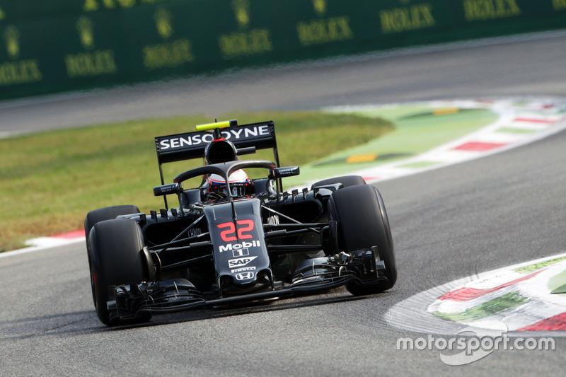 Jenson Button, McLaren MP4-31 Halo kokpit ile