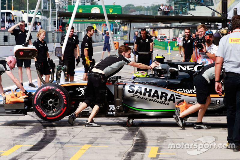 Sergio Perez, Sahara Force India F1 VJM09 ai box