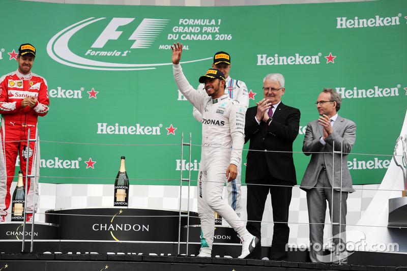 Подіум: переможець Льюїс Хемілтон, Mercedes AMG F1 святкує на подіумі
