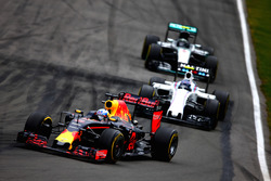Daniel Ricciardo, Red Bull Racing RB12 precede Valtteri Bottas, Williams FW38 Mercedes e Nico Rosber