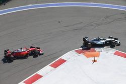 Нико Росберг, Mercedes AMG F1 Team W07 едет впереди Кими Райкконена, Ferrari SF16-H