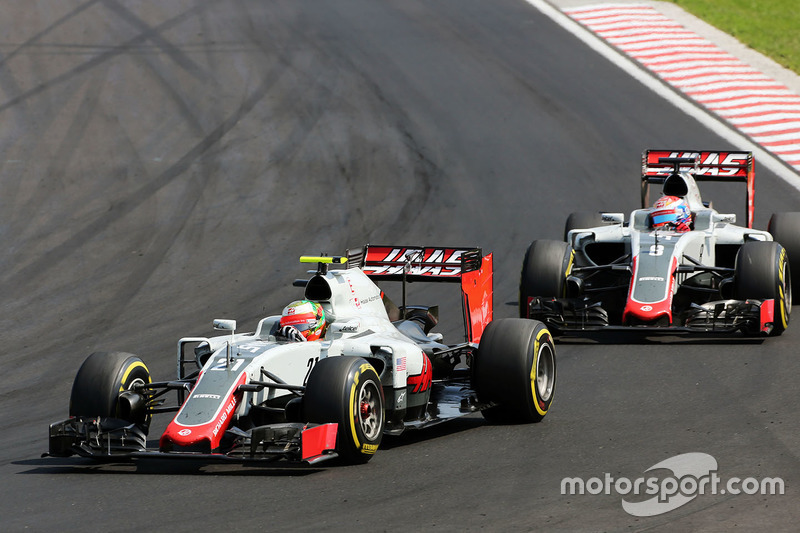 Esteban Gutierrez, Haas F1 Team VF-16 leads team mate Romain Grosjean, Haas F1 Team VF-16