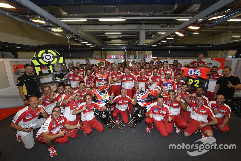 Il vincitore della gara Andrea Iannone, Ducati Team, il secondo classificato Andrea Dovizioso, Ducati Team e il Team Ducati