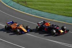 Max Verstappen, Red Bull Racing RB14 et Fernando Alonso, McLaren MCL33