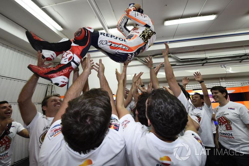 Campeón del mundo Marc Márquez, Repsol Honda Team celebra con el equipo