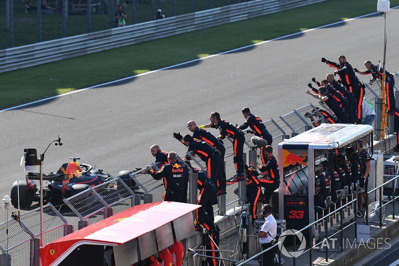 Daniel Ricciardo, Red Bull Racing RB14 bandera a cuadros