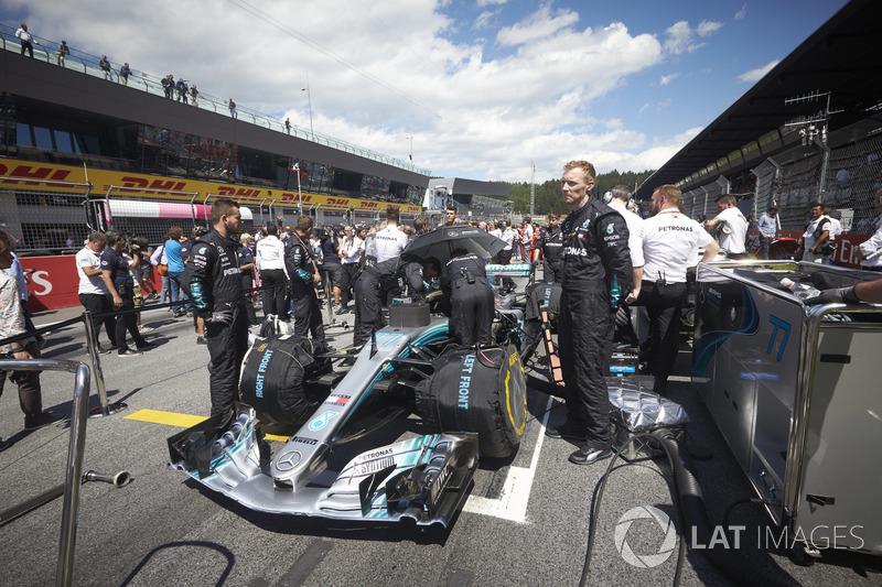 Des ingénieurs sur la grille avec Valtteri Bottas, Mercedes AMG F1 W09