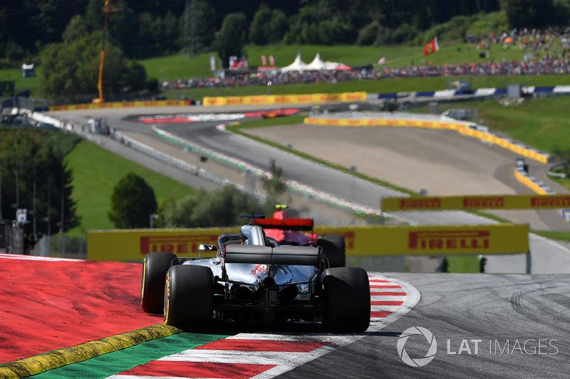 Lewis Hamilton, Mercedes-AMG F1 W09 chases Kimi Raikkonen, Ferrari SF71H