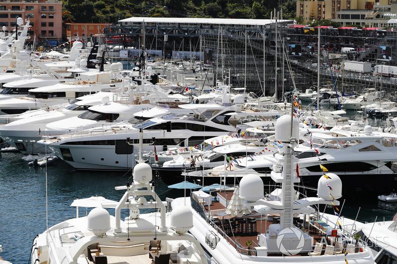 Des bateaux et des yachts dans le port