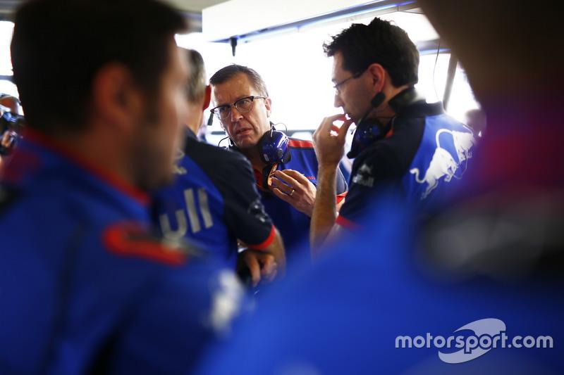 Des ingénieurs Toro Rosso dans le garage