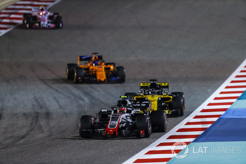 Kevin Magnussen, Haas F1 Team VF-18 Ferrari, Nico Hulkenberg, Renault Sport F1 Team R.S. 18, Fernando Alonso, McLaren MCL33 Renault