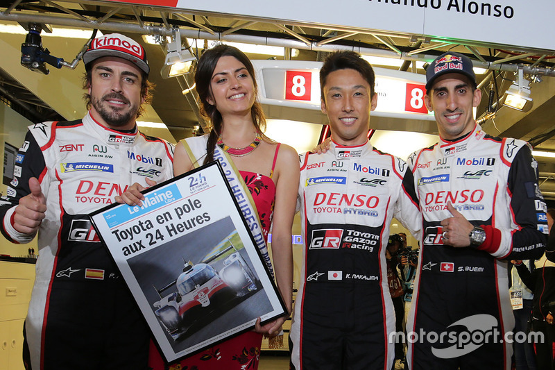 Los autores de la pole, Sébastien Buemi, Kazuki Nakajima, Fernando Alonso, Toyota Gazoo Racing con Miss 24 Horas de Le Mans