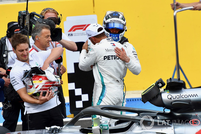 Il poleman Lewis Hamilton, Mercedes-AMG F1, festeggia nel parco chiuso con Valtteri Bottas, Mercedes-AMG F1