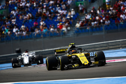 Carlos Sainz Jr., Renault Sport F1 Team R.S. 18, leads Marcus Ericsson, Sauber C37