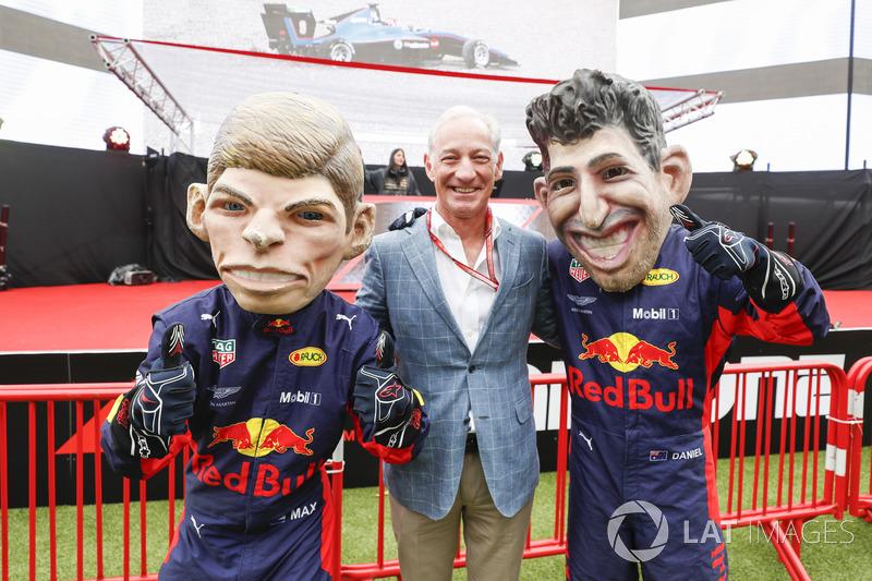 Greg Maffei, Director Ejecutivo, Liberty Media, con caricaturas de Max Verstappen, Red Bull Racing y Daniel Ricciardo, Red Bull Racing
