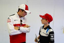 Charles Leclerc, Sauber, parle à un grid kid