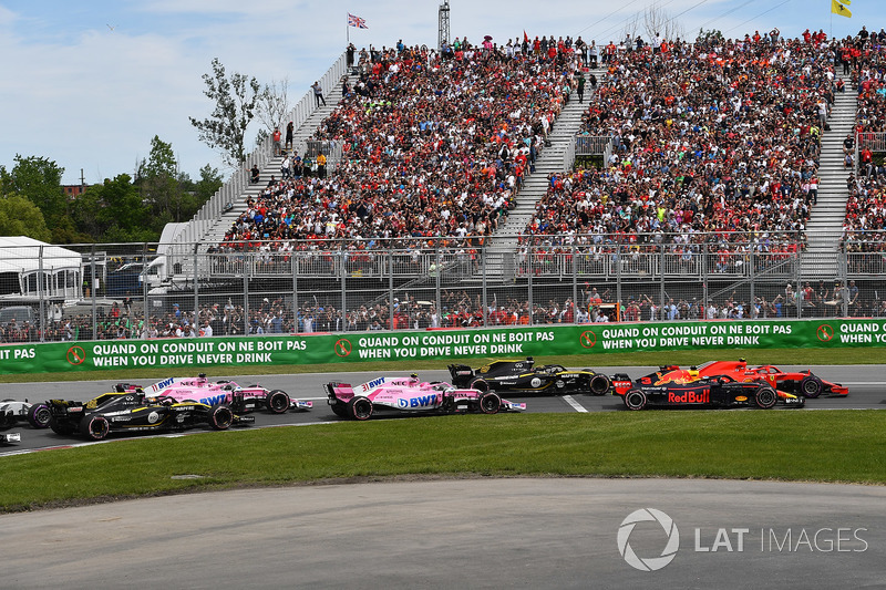Daniel Ricciardo, Red Bull Racing RB14 and Kimi Raikkonen, Ferrari SF71H battle at the start of the