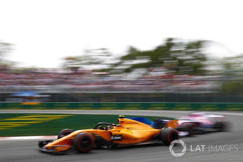 16. Stoffel Vandoorne, McLaren MCL33, leads a Force India