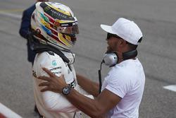 Lewis Hamilton, Mercedes AMG F1, fête sa pole position avec son frère Nicolas