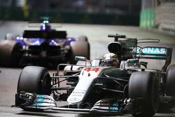 Lewis Hamilton, Mercedes AMG F1 W08  passes the crashed car of Marcus Ericsson, Sauber C36