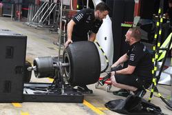 Механики Mercedes AMG F1 и шины Pirelli