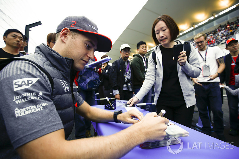 Stoffel Vandoorne, McLaren, signs an autograph
