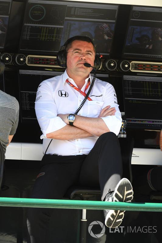 Eric Boullier, Director de carreras de McLaren en el pórtico de la pared de boxes