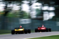 Giancarlo Fisichella, Benetton B198 y Eddie Irvine, Ferrari F310BG