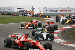 Sebastian Vettel, Ferrari SF70H, delante de Valtteri Bottas, Mercedes AMG F1 W08, Daniel Ricciardo, Red Bull Racing RB13, Kimi Raikkonen, Ferrari SF70H