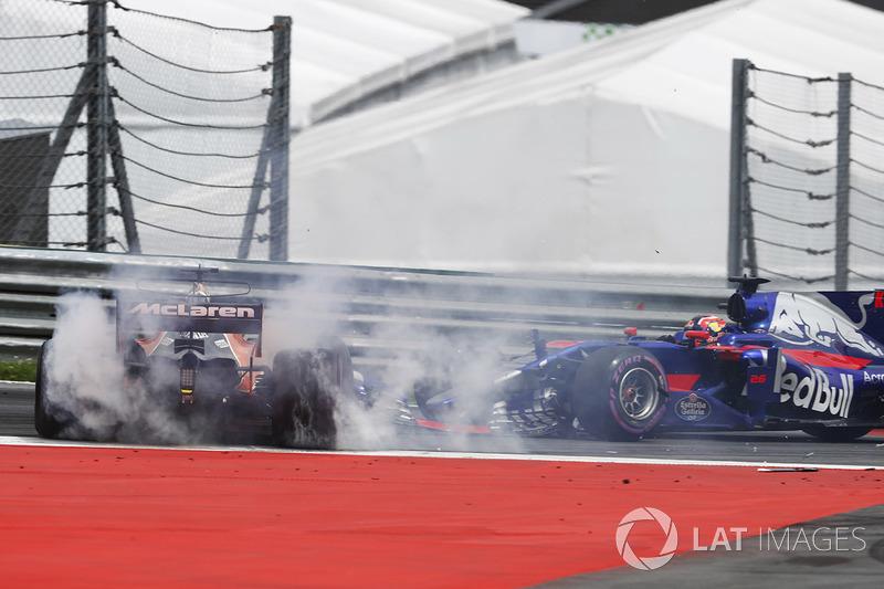Зіткнення Фернандо Алонсо, McLaren MCL32, і Данііла Квята, Scuderia Toro Rosso STR12, на старті