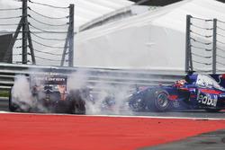 Kollision: Fernando Alonso, McLaren MCL32; Daniil Kvyat, Scuderia Toro Rosso STR12