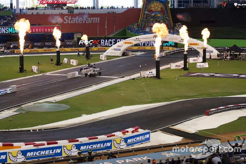 Felipe Massa, supera a Juan Pablo Montoya, conduciendo el Ariel Atom Cup