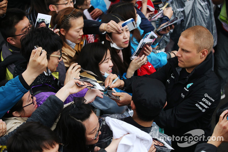 Valtteri Bottas, Mercedes AMG, signs autographs for fans