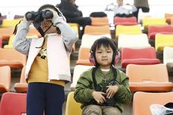 Giovani tifosi con i binocoli