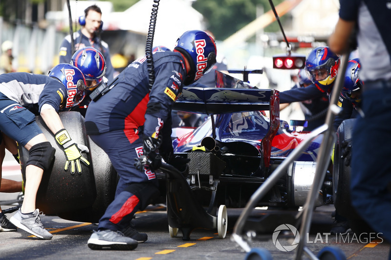 daniil kvyat scuderia toro rosso str12 boxenstopp bei spa formel 1 fotos. Black Bedroom Furniture Sets. Home Design Ideas