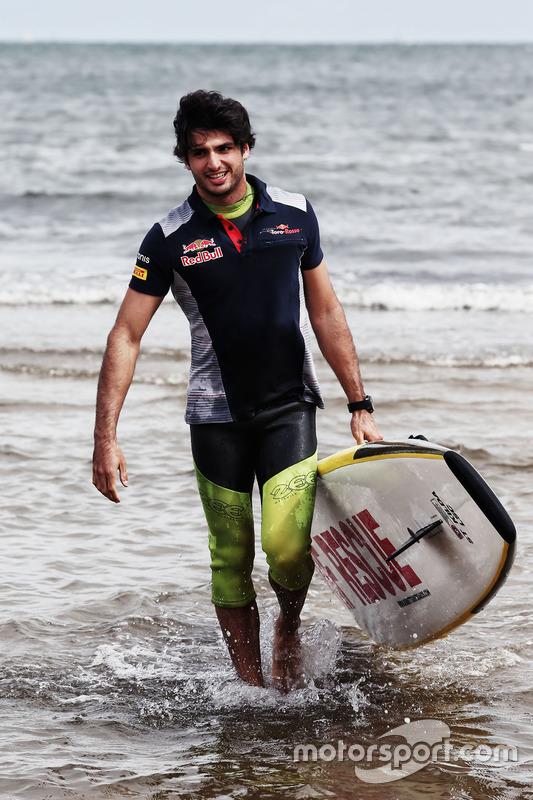 Carlos Sainz Jr., Scuderia Toro Rosso en la playa St Kilda con el Club de salvamento de St Kilda