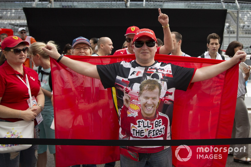 Des fans de Sebastian Vettel, Ferrari avec un drapeau