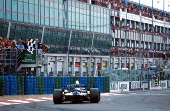 Race winner Michael Schumacher, Benetton B195 takes the chequered flag